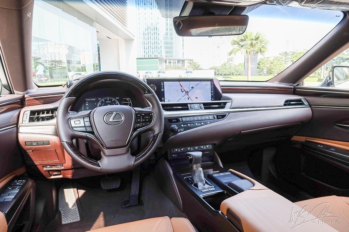 Xe Lexus ES300h 2020