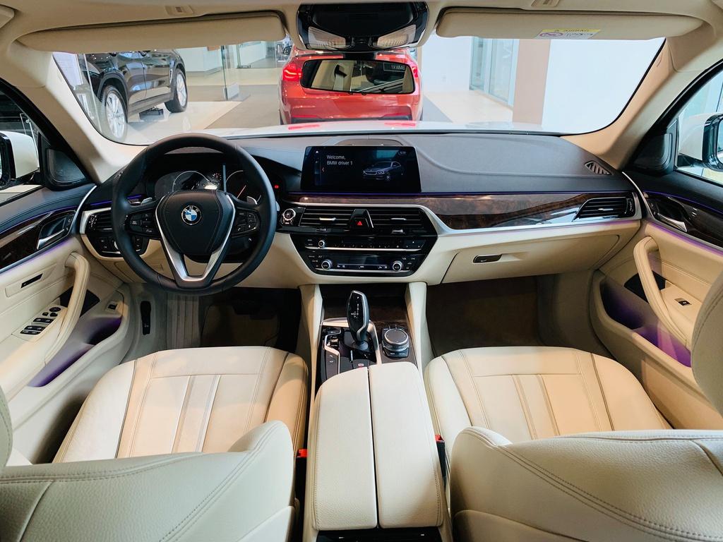So sánh BMW 530i và Mercedes E300